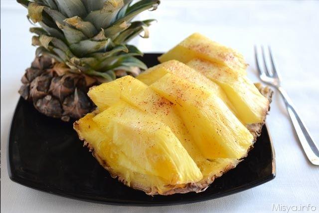 L'ananas al forno e' un modo diverso e raffinato per servire l'ananas, io ho insaporito questo frutto con del contreau, zucchero di canna e una spolverata di