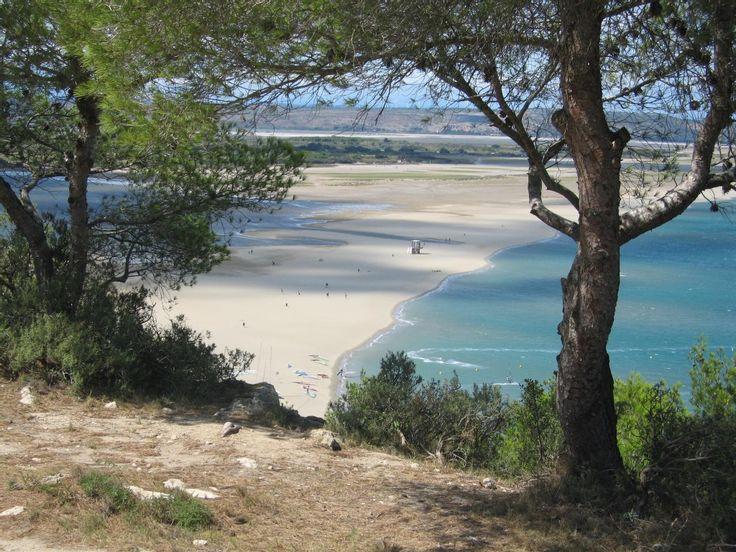 Plage La Franqui - Aude - Leucate voit le soleil se lever sur son horizon qui amène le vent et les vagues si chers au kitesurfeurs et autres windsurfers (c'est là que se déroule en avril le Mondial du vent). En retrait, derrière le littoral de 18 kilomètres, un étang, plus chaud et peu profond, étale de discrètes petites plages donnant au lieu un aspect balnéolunaire. Vu d'en haut, on dirait la Bretagne à marée basse. Vu de la serviette, on dirait le paradis.  Informations pratiques…