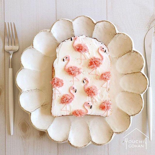 ouchigohan.jp 2018/01/17 18:10:57 delicious photo by @nayoko054 桜でんぶで描かれたフラミンゴがとってもキュートなフラミンゴトースト🍞 お子さまのお弁当で桜でんぶを使ったはいいけれど、余ってしまってどうしよう……なんて方も多いのではないでしょうか? トーストと桜でんぶって意外だけどおいしそうな組み合わせですね😆🌸 目やくちばしの部分は黒ゴマクリーなんですって🤔 みなさんもぜひフラミンゴトーストを試してみてはいかが?✨ . -------------------------- ◆#デリスタグラマー #delistagrammer を付けて投稿すると紹介されるかも! スタッフが毎日楽しくチェックしています♪ . [staff : あやや] --------------------------- . #ouchigohan #いつものいただきますを楽しく #おうちカフェ #おうちごはん #instafood #暮らし #foodpic #onthetable #onmytable #foodporn…