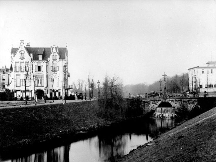 De De La Reijstraat, gefotografeerd in 1904. Links het huis Molendal, gebouwd in…