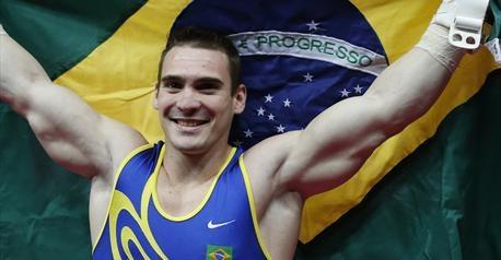 Vice-champion du monde 2011, le brésilien Arthur Zanetti est sacré champion olympique aux anneaux devant le Chinois Chen Yibing et l'Italien Matteo Morandi.