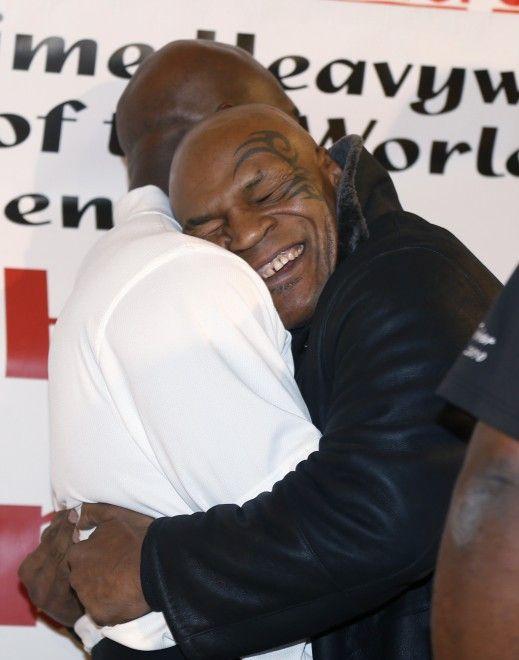 Era il 28 giugno 1997 quando a Las Vegas Mike Tyson morse l'orecchio dell'avversario Evander Holyfield  staccandogli un pezzo di cartilagine. Sedici anni dopo i due pugili si concedono un abbraccio e un sorriso per la promozione della salsa barbecue prodotta da Holyfield