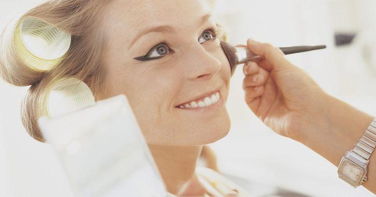 Como fazer um portfólio de um artista de maquiagem. Ser um maquiador pode ser uma carreira gratificante e lucrativa. No entanto, começar nesse campo pode ser difícil porque muitos clientes vão querer ver o seu trabalho antes que estejam dispostos a contratá-lo. A construção de um portfólio de seu trabalho é o primeiro passo para a obtenção de empregos mais bem remunerados e para você se tornar um ...