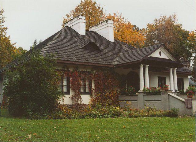 Dwór w Jagodne. Wzniesiony pod koniec XVIII wieku dla rodziny Cieciszowskich. Obecnie w rękach prywatnych.
