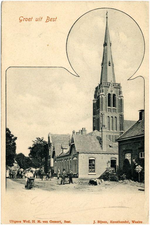 Hoofdstraat in oostelijke richting met kerktoren; vooraan rechts kruidenier. Er lijken bestratingswerkzaamheden aan de gang te zijn. Samenscholing i.v.m. fotograaf; mannen met fietsen, vrouw met kinderwagen