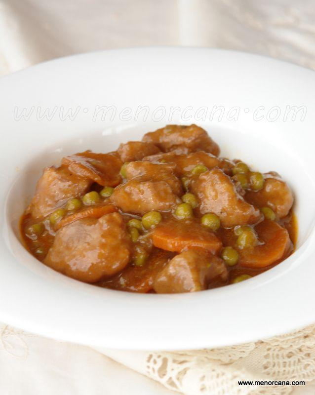 El goulash es un plato muy popular en la cocina húngara, de aspecto parecido al de nuestra carne estofada. Se considera una comida casera, sencilla y de origen humilde… se suele acompañar con carbohidratos como las patatas, pan, arroz o pasta. Normalmente esta receta se elabora con carne de cerdo, ternera o buey y eso …