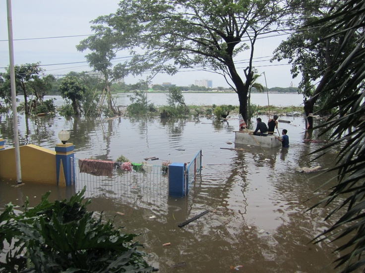 Jakarta Lions help with the 2013 flood relief effort.