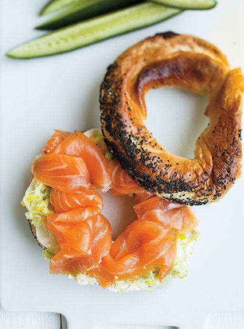 Bagel au saumon fum� et aux poireaux Recettes | Ricardo.  Pour un repas de semaine différent.
