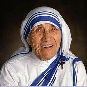 """Μητέρα Τερέζα (1910-1997) Αλβανίδα Καθολική μοναχή, με σημαντικό φιλανθρωπικό έργο, από τα Σκόπια. Ταξίδεψε σε όλον τον κόσμο και για περισσότερα από 45 χρόνια, βοήθησε φτωχούς και αρρώστους, με αποτέλεσμα να αγιοποιηθεί από τον Πάπα Ιωάννη Παύλο Β' το 1997. Εκτιμάται, ότι φρόντισε περισσότερους από 1.000 ανθρώπους στην Καλκούτα, όπου έζησε τα τελευταία χρόνια της ζωής της. Τιμήθηκε με το βραβείο Νόμπελ Ειρήνης του 1979 για """"τις εκστρατείες της σχετικά με την ενημέρωση για τη φτώχεια""""."""