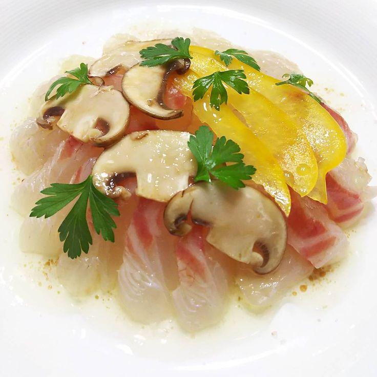 いいね!85件、コメント3件 ― rosa49さん(@rosa.49)のInstagramアカウント: 「#おうちごはん #おうちイタリアン の一皿 #真鯛のカルパッチョ ブラウンマッシュルームをマリネして 香りづけしたアレンジソース イイ感じの仕上がりです #イタリアン #前菜 #カルパッチョ…」