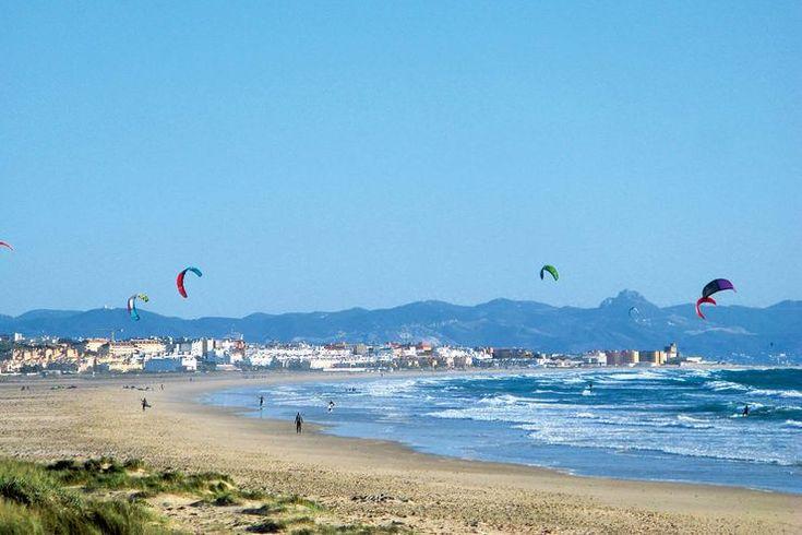 Küste des Lichts werden Andalusiens Atlantik-Gestade genannt – die Costa de la Luz reicht von der Surfer-Hochburg Tarifa bis zur portugiesischen Grenze. Rund ums Jahr gibt's hier viel Wind, aber auch Sonne, weite Strände und mehr – genügend Gründe für eine Tour in Spaniens äußersten Süden.