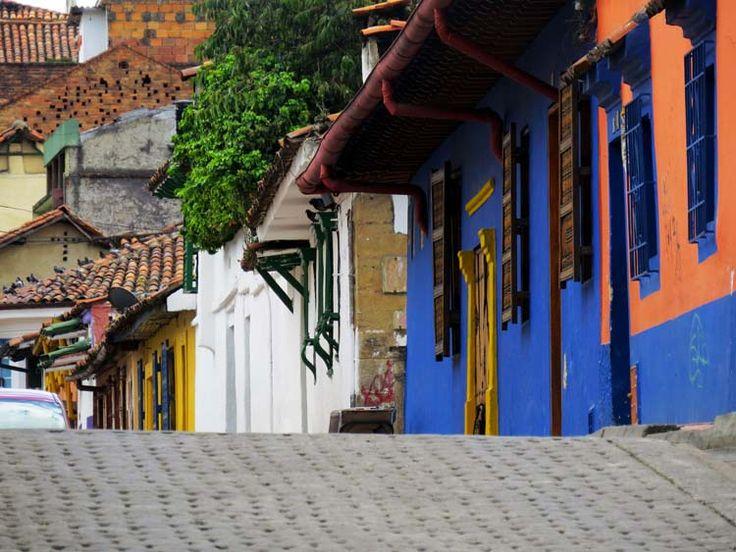 13. En la Candelaria alta muchas calles son de Adoquín y onduladas, lo que le da un ambiente muy especial a este barrio antiguo de Bogotá.