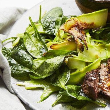 En fräsch sallad med en dressing smaksatt med dragon, vitlök och dijonsenap. Den sotade broccolin går bra att förbereda dagen innan festen. Vid servering vänder man bara ner spenaten. Gott tillbehör till kött.