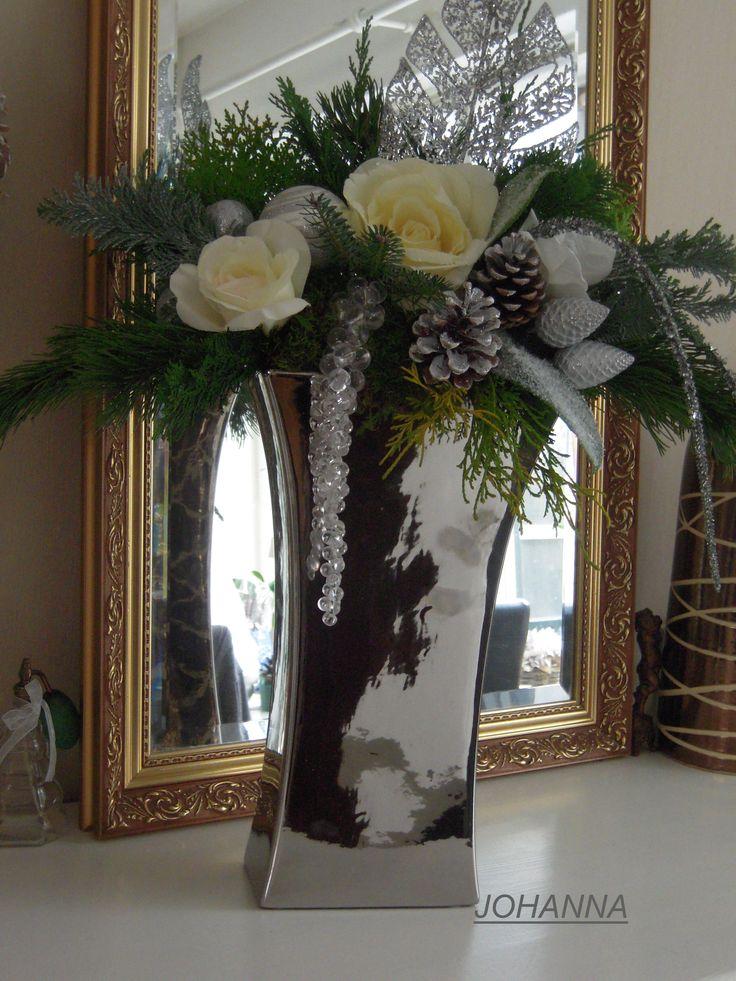 hoge zilveren gekleurden vaas overhangende kerst takken wat wit geverfde dennen appels ,ik heb het verder zoveel mogelijk in het wit in ge vult