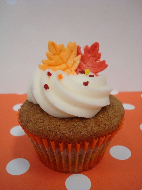@TAKEABREAKMOM thanksgiving cupcakes. These look like carrot cake cupcakes. - advice... I'd put just a little more icing on the cupcake and they would be perfect! Very cute design! @TAKEABREAKMOM
