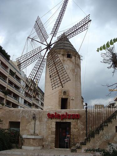 telepizza en un molino (Palma de Mallorca) by Telepizza España, via Flickr