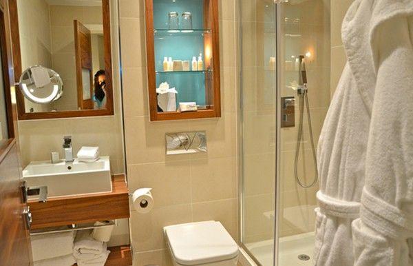 un cuarto de baño  bien acomodado