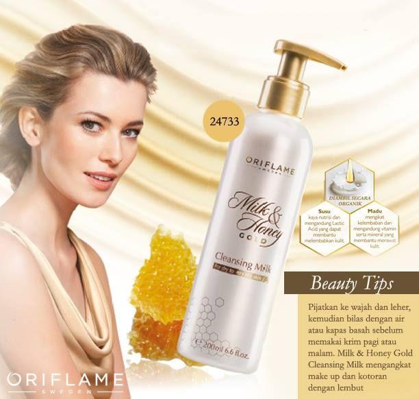 Jangan malas bersihin wajah ya, banyak aktivitas di luar ruangan akan membuat kulitmu rentan terkena kotoran. Rawat dengan Milk & Honey Gold Cleansing Milk yuk!