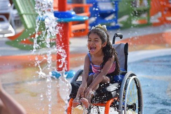 Аквапарки по всьому світу наповнюються дітьми і дорослими, які хочуть повеселитися і трохи охолодитися в спекотний день. Завдяки новому неймовірному аквапарку під назвою «Острів натхнення Моргана» в Сан-Антоніо, штат Техас, люди з інвалідністю тепер теж можуть