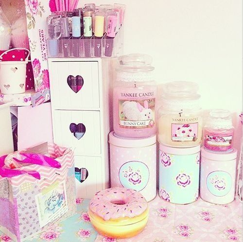 I LOVE that donut box thingy and the little hearts on the drawers!