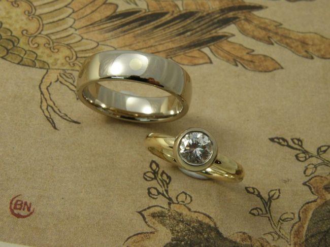 * heirloom   oogst-sieraden * Trouwringen * Witgouden ring met geelgouden stip * Van eigen goud ring vervaardigd met bolle zetting voor erfstuk diamant * Maatwerk *
