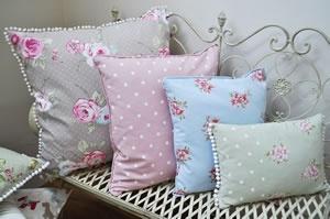 Cute florals & polka dots, leuk een zacht roze kussen op de grijze bank met witte stippen, en misschien ook wel zachte deken of plaid in zachtroze, ook met stippen?