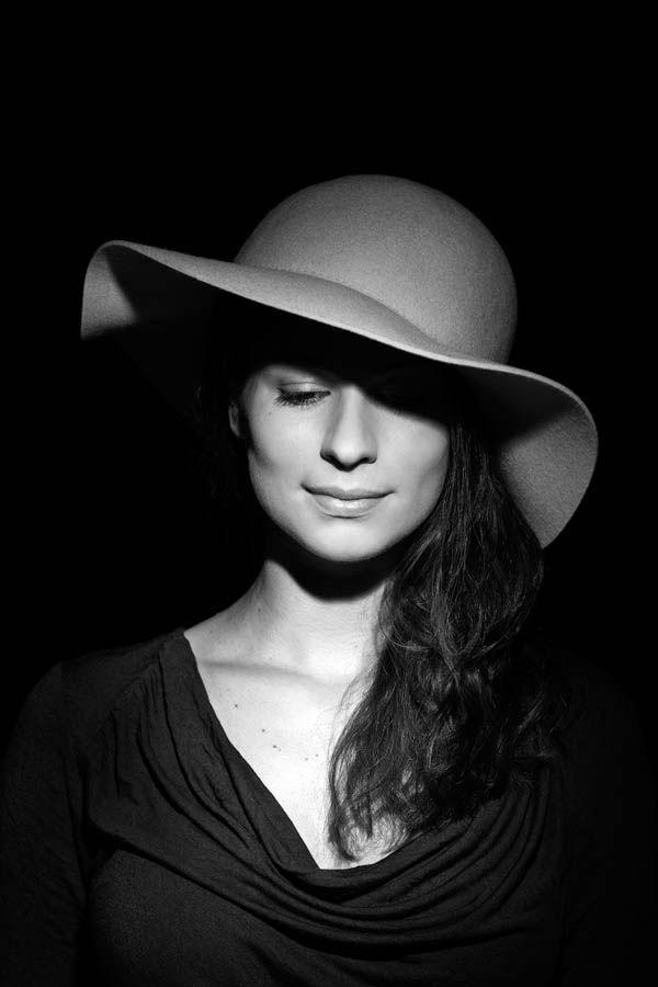 Aveva bei einem Portrait Shooting mit Hut, steht ihr doch ausgezeichnet. Licht und Schatten, Portraitfotografie, Portraitfoto schwarz weiss