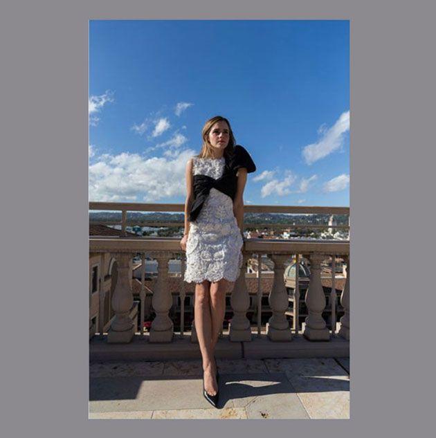 Esse é um vestido branco de bordado da Oscar de La Renta. O tecido foi feito por uma fábrica que se preocupa com os resíduos e qualidade dos tecidos e investe em energia solar. Os bordados são todos feitos à mão. A camiseta preta é da Mainline, que só trabalha com fibras naturais - a peça da foto é 100% algodão orgânico. As joias são da All Blues e incluem prata 925 reciclada, feitas à mão em Estocolmo. Todas as informações foram verificadas pela Eco-Age
