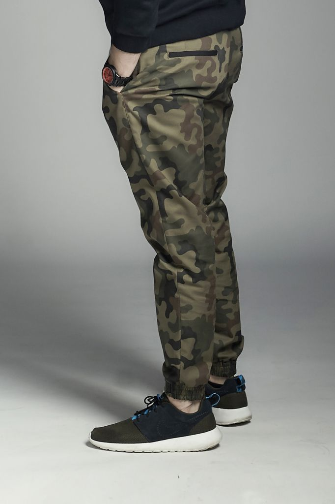 Classic jogger slim-fit pants with cuff on the bottom. Available on www.amokrun.com