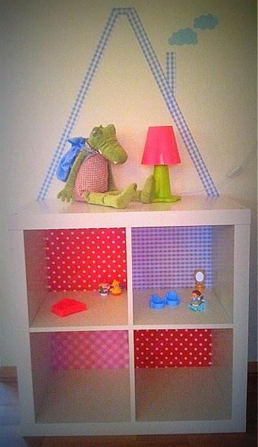 ( Dollhouse ) Het begin van de poppenkast. Heel eenvoudig te maken met een Ikea kast. Nu nog inrichten met meubeltjes,spiegeltjes en kleedjes.