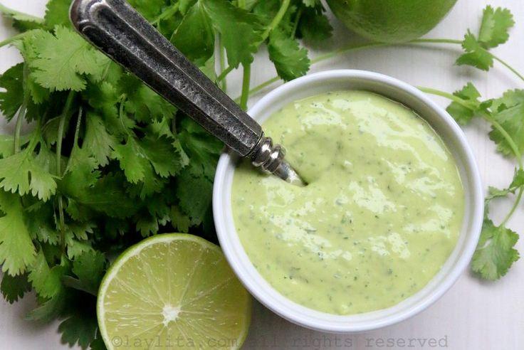 Alioli o mayonesa de cilantro casera preparada con huevo, aceite, ajo, cebolla, cilantro, comino, jugo de limón y sal.
