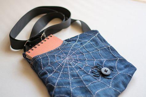 Spinne im Spider Web Beutel, handgemachte Tasche, Stickerei Tasche, Repurposed Denim Tasche, Jeans Tasche, mehrere Taschen Tasche, Öko-Beutel, Recycling, Cross Body Bag, Baumwolltasche, Stoff Tasche, Damen Tasche, Halloween Geschenk  Diese Kreuzung Umhängetasche ist aus recyceltem Denim gefertigt und mit Hand-Stickerei verziert. Es ist das perfekte Zubehör für temperamentvolle frei denkende Frau jeden Alters. Die Tasche ist groß genug für Brieftasche, Smartphone, Notebook, Digitalkamera…