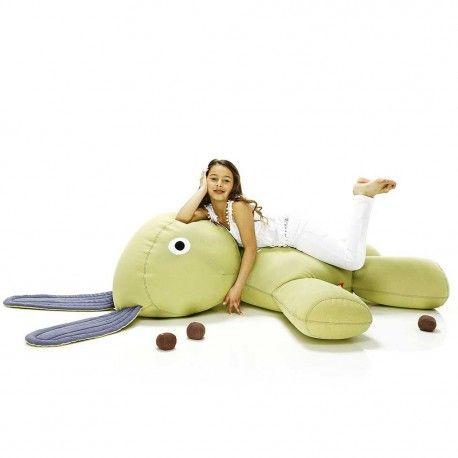 The CO9 XS est un lapin «lounge» surdimensionné. Il mesure des oreilles jusqu'aux pattes 2.10 mètres et a reçu, dû à son apparence, le doux surnom de XS.