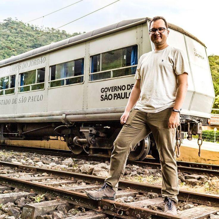 O passeio do Trem do Mirante te leva de Campos do Jordão até Santo Antônio do Pinhal. É um passeio cultural e divertido em um trem elétrico. Conta com um guia que explica detalhes históricos de Campos do Jordão. . . .  #osturistas #serra #aventura #ferias #camposdojordao #tripify #travel #sp #trem #ferrovia #rails #trilhos #ipreview @preview.app