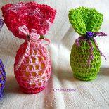 Ecco un idea regalo per la Santa Pasqua… un uovo di Pasqua all'uncinetto, fatto interamente a mano con colori vivaci, tipici di questo periodo!  Una chiusura con fiocchetto e rosellina in nastro ...