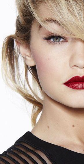 Gigi Hadid ♥ maquiagem noite | batom vermelho | cílios postiços | delineador
