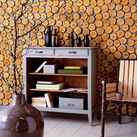 Beau rendu d'habiller un mur de petites rondelles de bûches ; pour une ambiance nature dans votre salon.