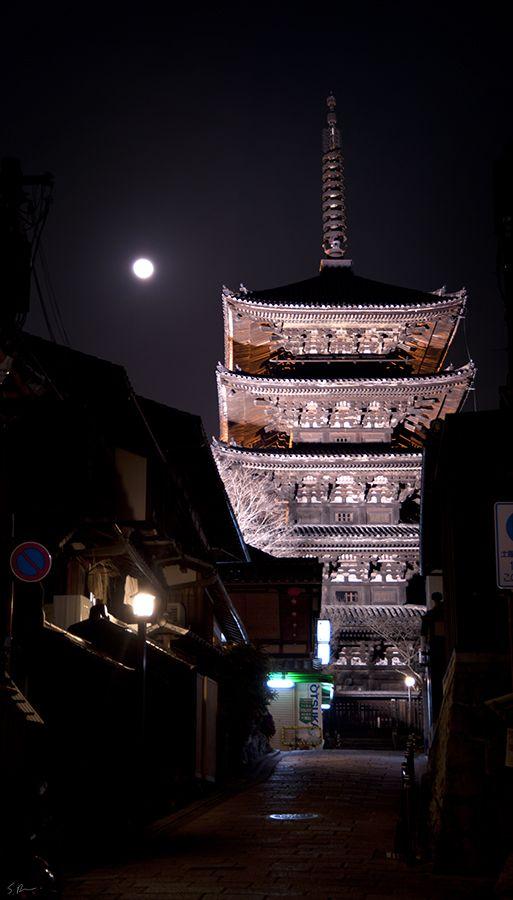 Moon Bastionby =heeeeman A pagoda near Kiyomizu temple, Kyoto, Japan