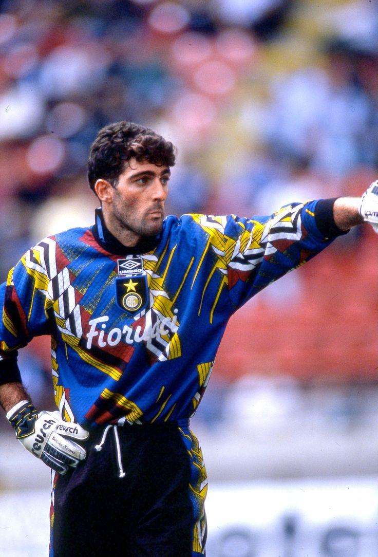Gianluca Pagliuca (Bolonia, Italia, 18 de diciembre de 1966) es un ex-futbolista italiano, que actuaba como arquero. Es considerado uno de los mejores guardametas italianos de la década de los 90 junto a Angelo Peruzzi y Francesco Toldo.