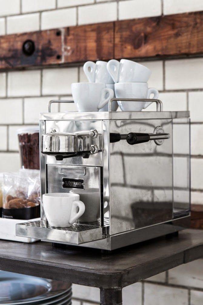 Granit har tagit in den här svenskdesignade espressomaskinen från Sjöstrand i sitt sortiment.Jag...