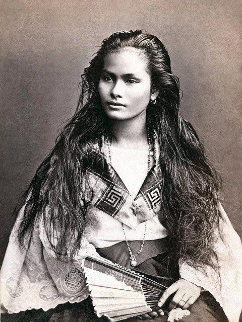 Eine Mestiza de Sangley / Filipina in einer Fotografie von Francisco Van Camp, c. 1875. Francisco Van Camp Fotografie / Orientalisches Museum. Royal College P. P. Agustin …