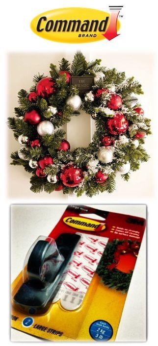 Para las coronas de navidad lo ideal es usar el gancho verde de Command con dos tiras de repuesto y aguanta hasta 2 kilos de peso sin dañar las superficies.