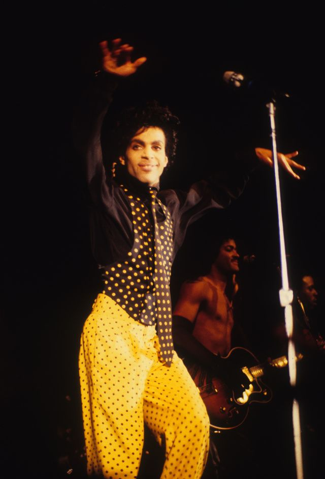 After a legendary career spanning 35 years, the kid from Minneapolis passed away six months ago, at the age of 57. Androgynous and flamboyant, Prince regularly dazzled fans in sell-out live shows with performances that won him the title of one of the biggest selling artists of all time. With the memorial concert for the legendary singer taking place tonight in Saint-Paul, Minnesota, featuring the likes of Stevie Wonder, Christina Aguilera and John Mayer, revisit a life on stage in 25 concert…
