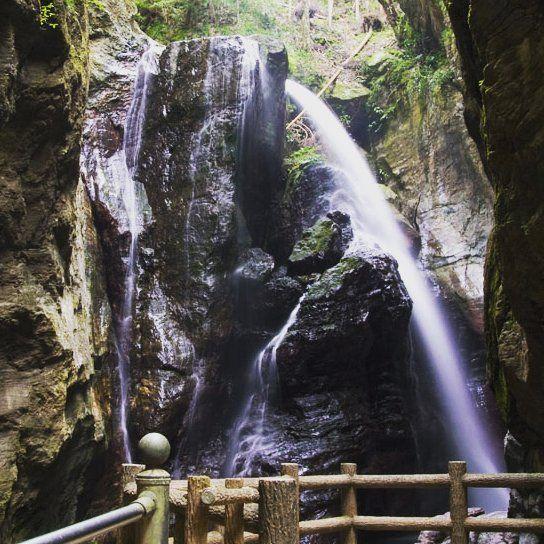 今日は休日滝めぐり 一滝目は雨竜の滝 いろんな角度の滝が重なってなんともいえない雰囲気だった #高知県 #中津渓谷 #雨竜の滝 #四国の滝