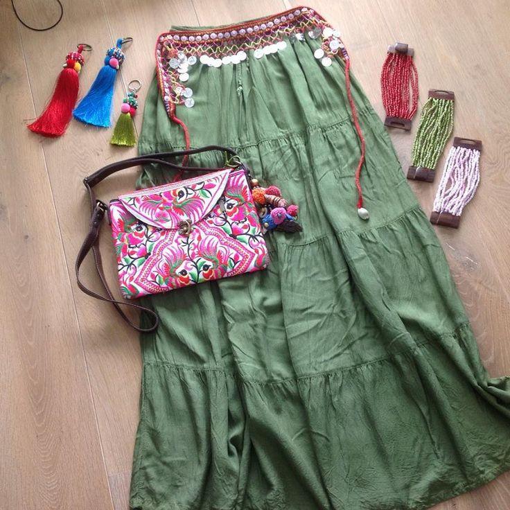 Lange Ibiza, boho rok in olijfgroen, bloementas met flap, vintage tas hangers en handgemaakte kralen armbanden! Alles verkrijgbaar op www.fabstyle.nl #fabstyle #festival #stoer #love #tas #bag #clutch #rok #riem #roze #armband #hippie #handmade #ibiza #boho #beach #bohème #bloemen #Bracelets #bloementas #tashanger #vintage #summer #zomer