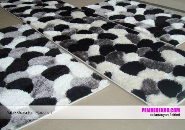 Siyah, beyaz ve gri renkli tüylü halı modelleri zemin dekorasyonunuz için güzel bir alternatif olacaktır. Dikdörtgen uzun, kare ve dikdörtgen kısa halı ile birlikte zeminleri boydan boya bu