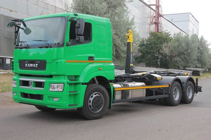 #Kamaz showed new hook #loaders. At the moment, there are two options: PALFINGER PH T20PI.57 on the KAMAZ-6520 chassis and on the KAMAZ-65207 chassis of the Euro-5 ecological standard. The loader has a convenient cab, and the telescopic system allows the use of removable bodies from 4.5 to 6.5 m in loading and unloading.