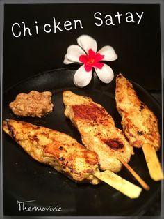 Lors de mon séjour en Thaïlande, j'ai eu la chance de découvrir quelques recettes traditionnelles et partager un agréable moment avec les cuisinières du Chang Phueak Resort à Ko Phangan... Parmis tous ce que j'ai pu déguster, j'ai craqué pour ces brochettes...