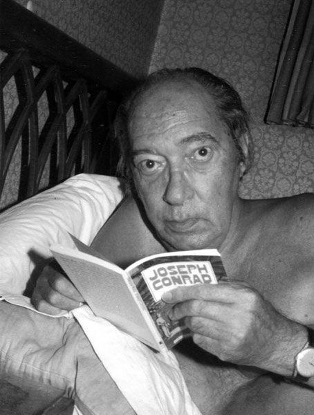 Onetti en su cama, en una instantánea hecha por su viuda Dolly incluida en el libro Juan Carlos Onetti: ensayo iconográfico (Centro Editores, 2010).