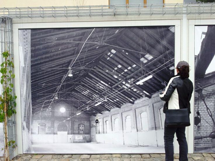 Das Dragonercarrée in Hannover List Vahrenwald: Die Garagentore wurden mit bedruckten Lkw-Planen bespannt, welche zeitgenössische Bilder zeigen - aufgenommen vom Makler in Hannover: arthax-immobilien.de